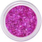 Lilás rózsaszín, rendszertelen alakú törmelékek
